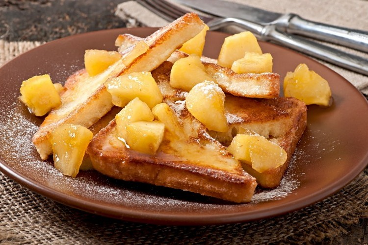 فرينش توست بالتفاح المكرمل للفطور