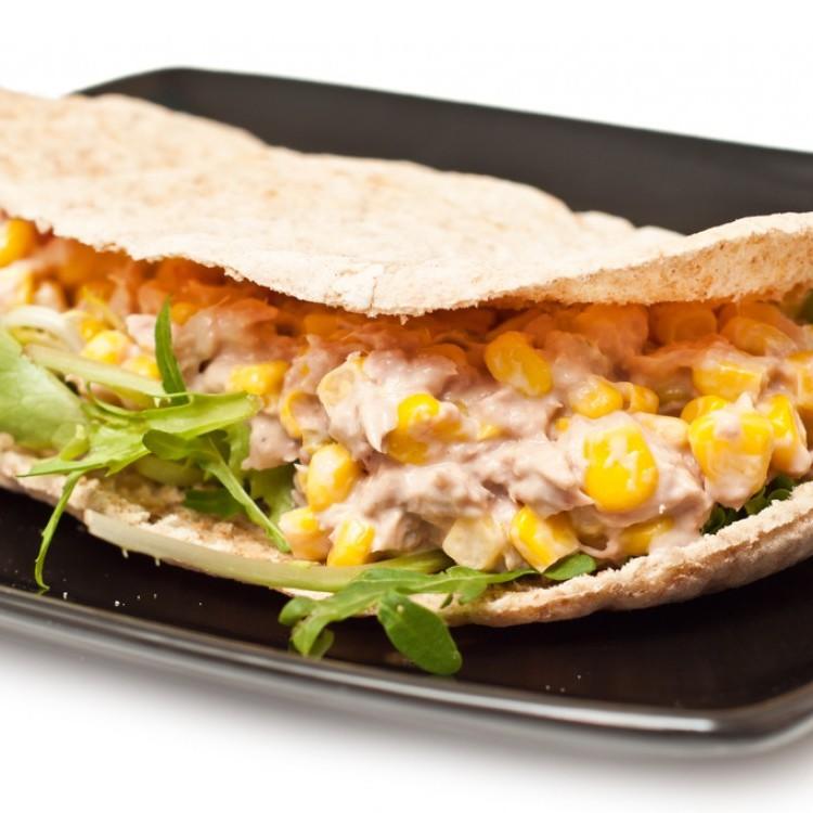 ساندويش التونة بالجبن والخضراوات للسحور