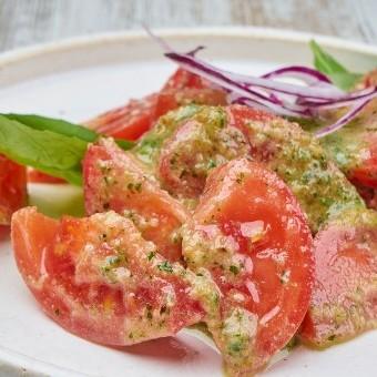 سلطة الطماطم بصلصة البستو ب 5 دقائق