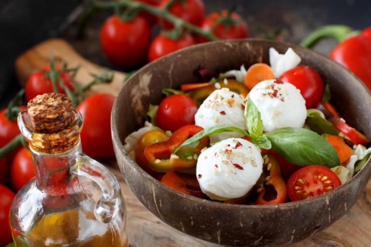 سلطة اللبنة مع الطماطم والأوريغانو