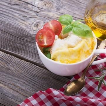 بيض بالمايكرويف مع الفطر والجبن لفطور مثالي