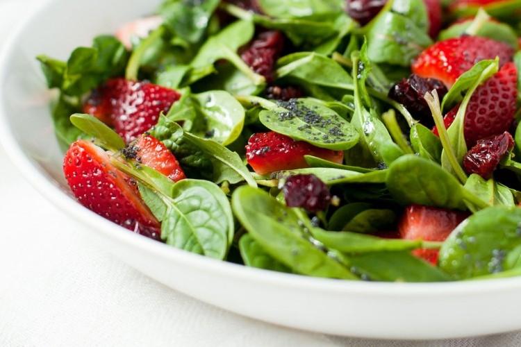 سلطة السبانخ بالفراولة والزيتون