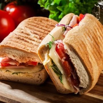ساندويش الجبن السويسري بالطماطم والجرجير للفطور