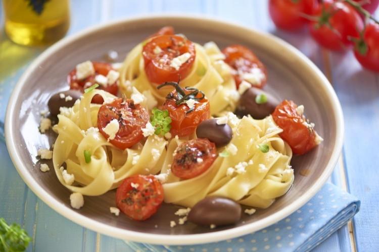 مكرونة بالطماطم الكرزية والزيتون للنباتيين