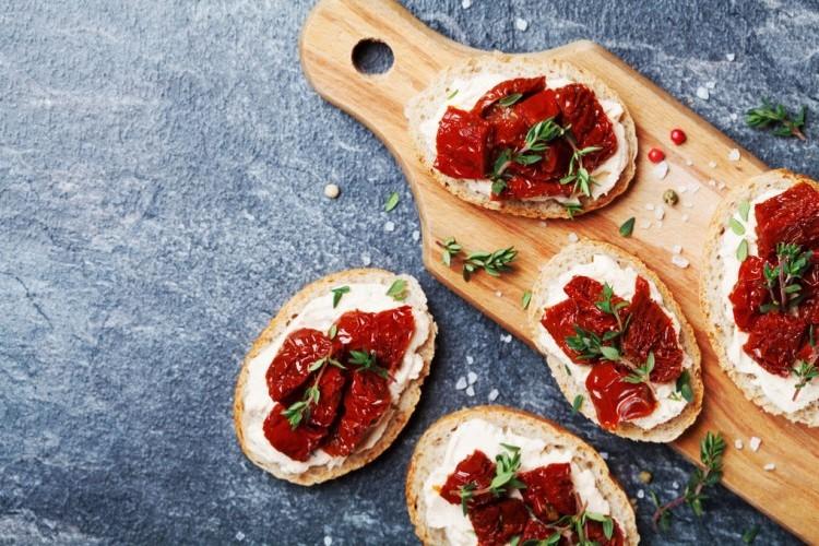 بروشكيتا بالجبن الكريمي والطماطم المجففة
