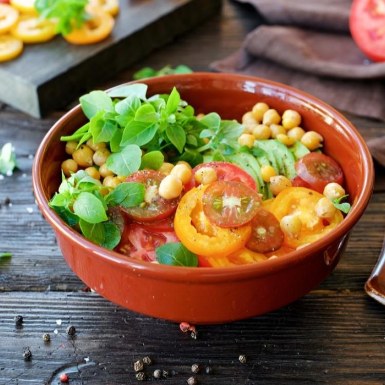 سلطة الحمص بالطماطم والأفوكادو
