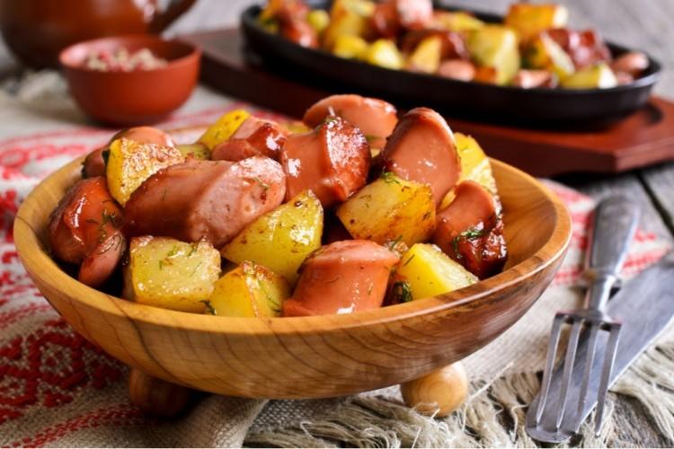 بطاطس محمرة مع السجق