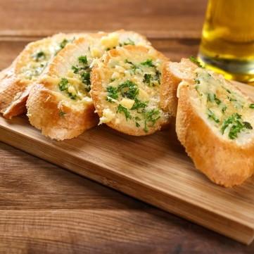 رولات الخبز بالثوم والزبدة