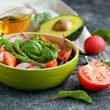 سلطة الأفوكادو بالطماطم والفجل والريحان