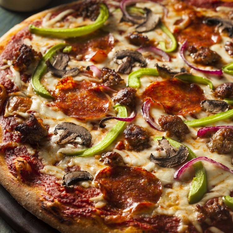 بيتزا بالسجق