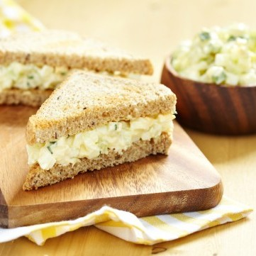 ساندويش البيض المسلوق بالجبن الكريمي للفطور