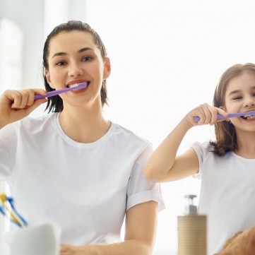 خلطات طبيعية لتبييض الأسنان خلال الحجر المنزلي