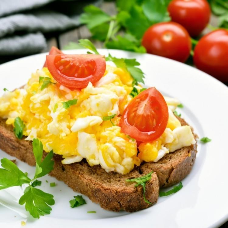 بيض مخفوق بالأعشاب للفطور