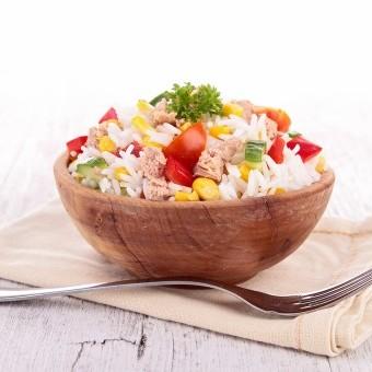 سلطة الأرز بالتونة والخضار