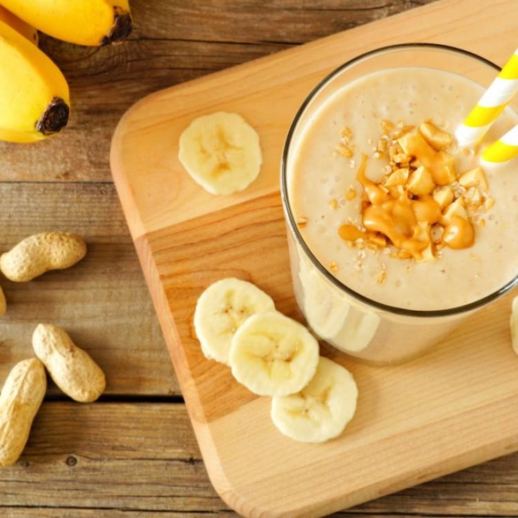 سموذي الموز بزبدة الفول السوداني للفطور قبل المدرسة