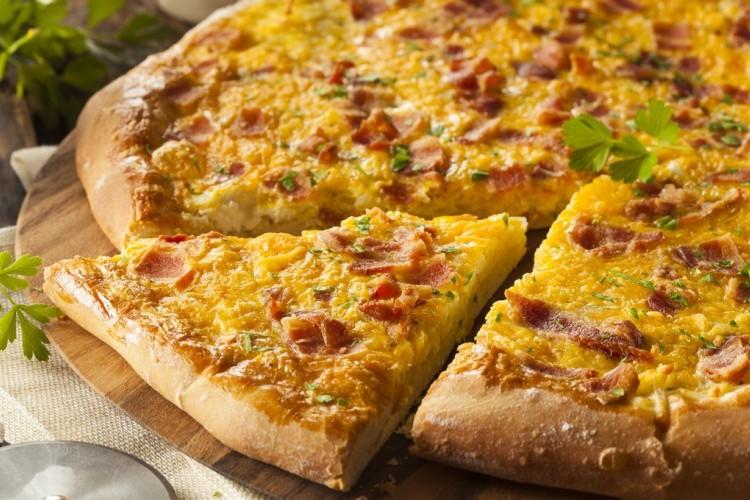 بيتزا البيض والجبن للفطور