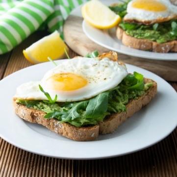 بيض مقلي مع صوص الأفوكادو والسبانخ للفطور