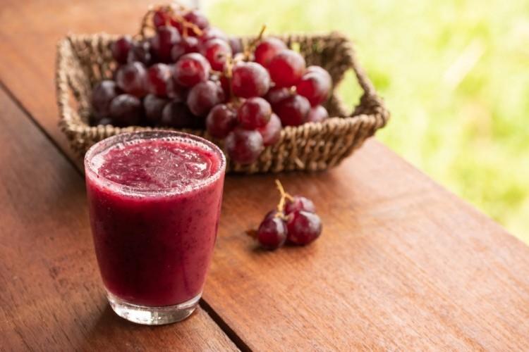 عصير العنب الأحمر بثلاث مكونات
