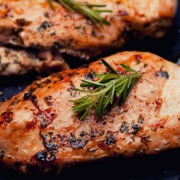 دجاج محمر بصلصة الفول السوداني للرجيم