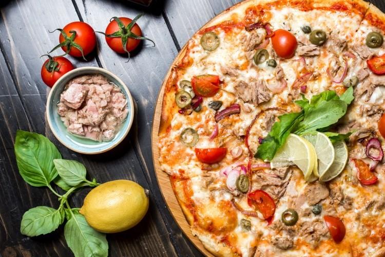 بيتزا بالتونة والخضار