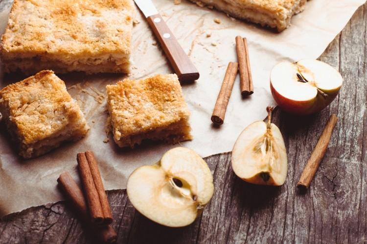 كيك التفاح بالقرفة السهل والسريع