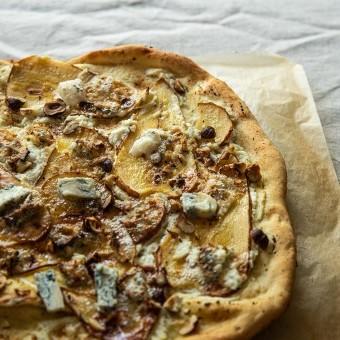 بيتزا بجبن الريكوتا والإجاص خطوة بخطوة بالصور