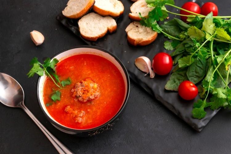 شوربة كرات اللحم بالطماطم