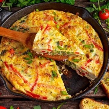 عجة مشوية بالطماطم والأعشاب للفطور
