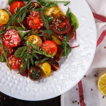سلطة الطماطم الكرزية بالزيتون وخل البلسمك