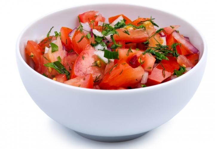 سلطة الطماطم الحارة مع زيت الزيتون